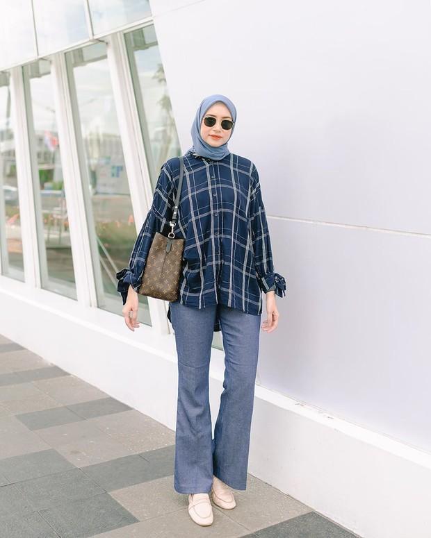 Bahjatina mengenakan hijab segiempat model lilit