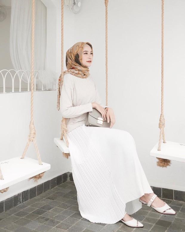 Bahjatina mengenakan hijab segiempat model pattern