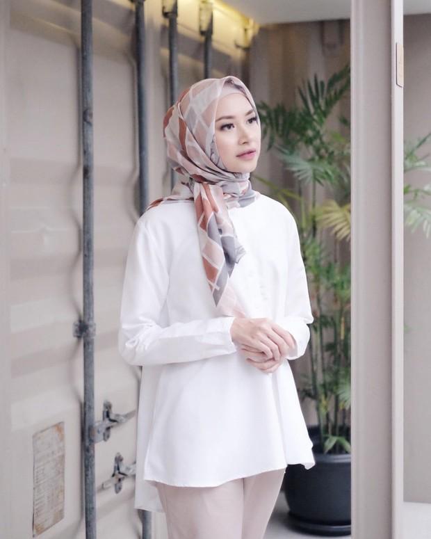 Bahjatina mengenakan hijab segiempat model simpul