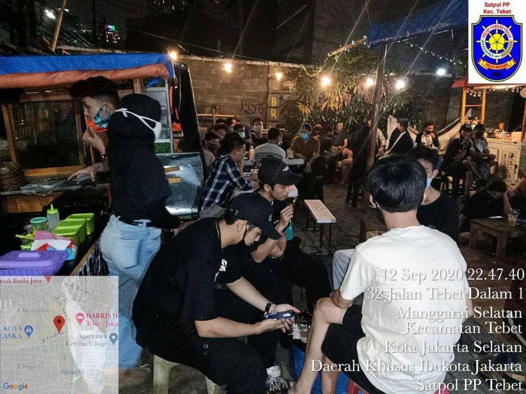 Tak Jaga Jarak, Kerumunan ABG di Angkringan Tebet Dibubarkan Tadi Malam