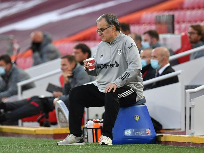 LIVERPOOL, ENGLAND - SEPTEMBER 12: Marcelo Bielsa, Manager of Leeds United looks on with a hot drink during the Premier League match between Liverpool and Leeds United at Anfield on September 12, 2020 in Liverpool, England. (Photo by Paul Ellis - Pool/Getty Images)