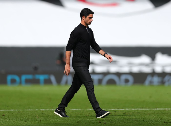LONDON, ENGLAND - SEPTEMBER 12: Mikel Arteta, Manager f Arsenal  walks off after the Premier League match between Fulham and Arsenal at Craven Cottage on September 12, 2020 in London, England. (Photo by Clive Rose/Getty Images)
