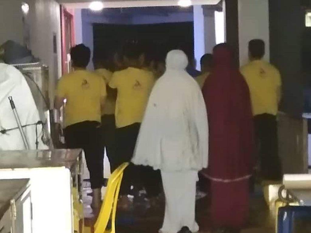 Restoran Kosong Tanpa Pelayan, Ternyata Sedang Sholat Berjamaah