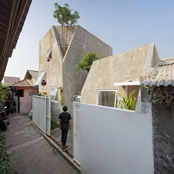 Rumah kecil di dalam gang Ibu Kota curi atensi dunia. Rumah ini dinobatkan sebagai Small Architecture+ Small Living by People Choice di ajang Architizer Award.