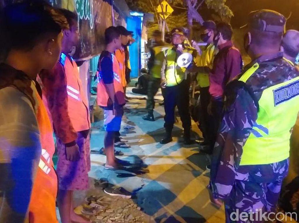 Puluhan Pemuda Mojokerto Dihukum Gegara Tak Pakai Masker Saat di Warkop