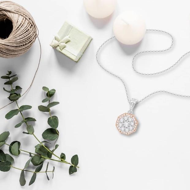 Koleksi foto produk Sandra Dewi Gold, sebuah bisnis aksesoris perhiasan milik Sandra Dewi.
