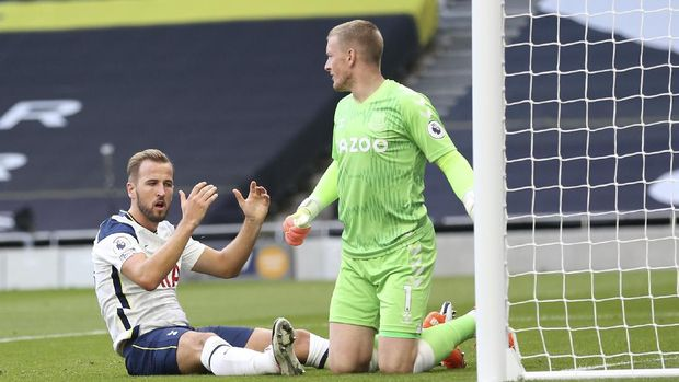 Tottenham's Harry Kane, left, reacts after missing a chance to score during the English Premier League soccer match between Tottenham Hotspur and Everton at the Tottenham Hotspur Stadium in London, Sunday, Sept. 13, 2020. (Alex Pantling/Pool via AP)