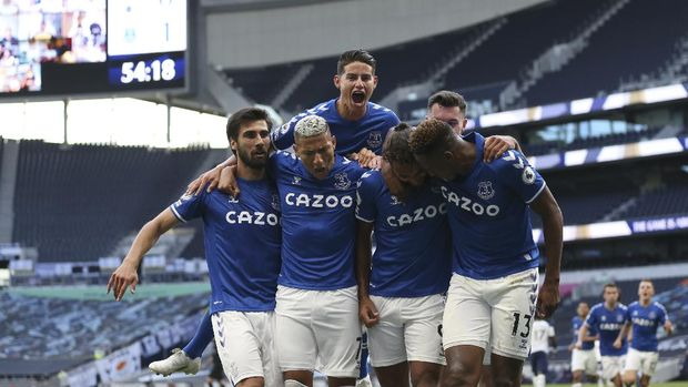 Everton's Dominic Calvert-Lewin, centre front, celebrates with teammates after scoring his side's opening goal during the English Premier League soccer match between Tottenham Hotspur and Everton at the Tottenham Hotspur Stadium in London, Sunday, Sept. 13, 2020. (Alex Pantling/Pool via AP)