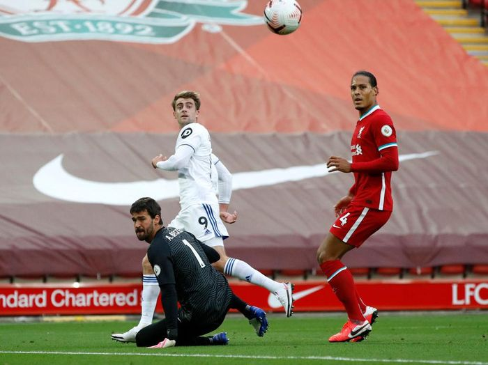 LIVERPOOL, ENGLAND - SEPTEMBER 12: Patrick Bamford of Leeds United scores his teams second goal past Alisson Becker of Liverpool during the Premier League match between Liverpool and Leeds United at Anfield on September 12, 2020 in Liverpool, England. (Photo by Phil Noble - Pool/Getty Images)