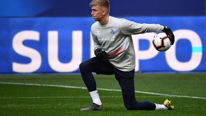Icelands goalkeeper Runar Alex Runarsson plays the ball during a training seesion at the Stade de France in Saint-Denis, north of Paris, on March 24, 2019 on the eve of their Euro 2020 qualifying football match between France and Iceland. (Photo by FRANCK FIFE / AFP)