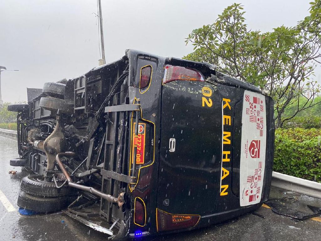 Bus Kemenhan Kecelakaan Beruntun di GT Cililitan, Lalin ke Tol Dalkot Padat