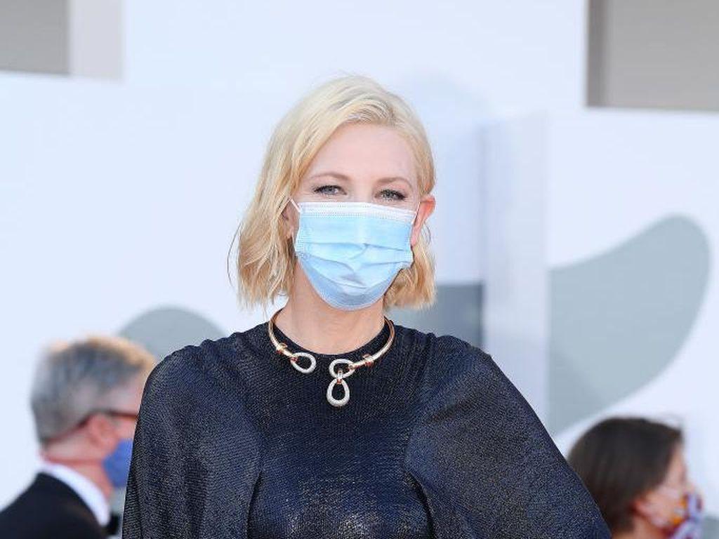 7 Momen Stylish Cate Blanchett Pakai Masker di Venice Film Festival 2020
