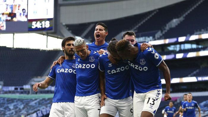 Evertons Dominic Calvert-Lewin, centre, celebrates with teammates after scoring his sides opening goal during the English Premier League soccer match between Tottenham Hotspur and Everton at the Tottenham Hotspur Stadium in London, Sunday, Sept. 13, 2020. (Alex Pantling/Pool via AP)