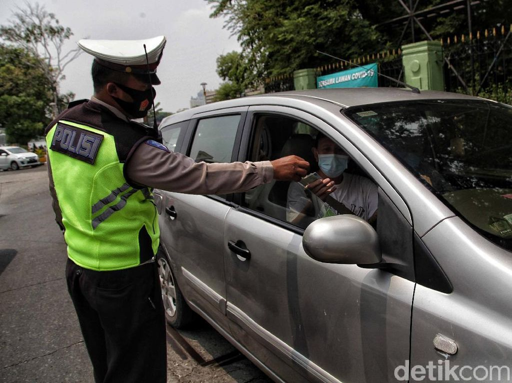 Viral, Nyetir Mobil Sendiri Didenda Gegara Turunkan Masker ke Dagu