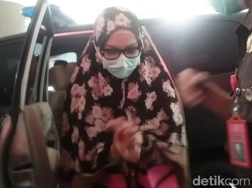 Video Pinangki Gunakan Hijab Panjang Saat Diperiksa Kejagung