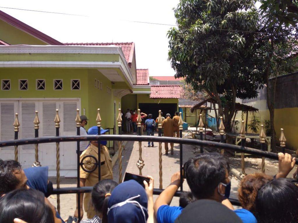 Warga di Medan Bongkar Lantai Rumah Gegara Isu Mistis, Ternyata Kosong