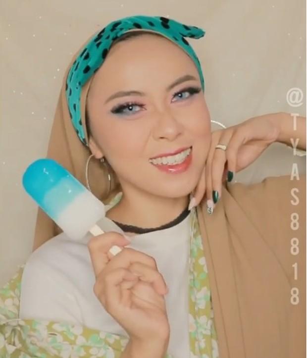 Adapun hasil akhir makeup yang ditampilkan lebih berefek glossy dengan penonjolan warna-warna yang feminim dan soft.