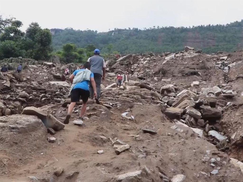Ngerinya Longsor di Nepal: Rumah dan Manusia Terkubur