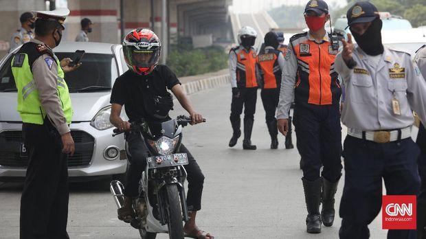 Polantas, petugas Dishub dan Satpol PP menggelar Operasi Yustisi Protokol COVID-19 di kawasan Pasar Jumat, Jakarta, Senin (14/9/2020). Operasi Yustisi tersebut dilaksanakan untuk menertibkan masyarakat agar lebih disiplin dalam menerapkan protokol kesehatan pencegahan penyebaran COVID-19. (CNN Indonesia/ Safir Makki)