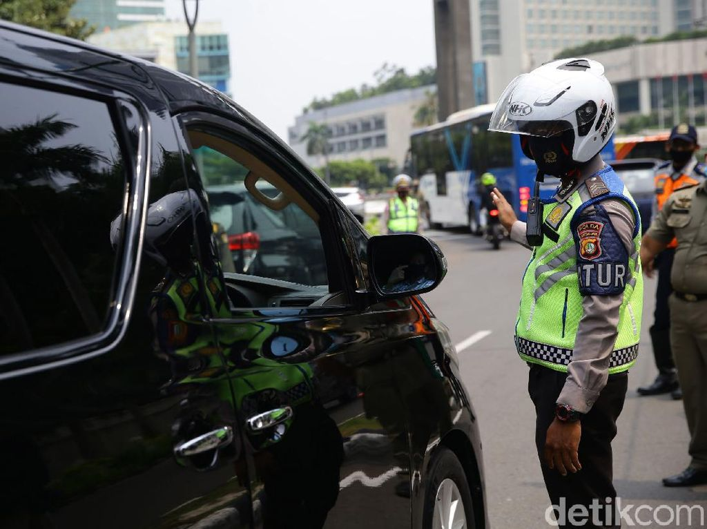 Naik Mobil Sendiri Didenda karena Pakai Masker di Dagu, Ini Aturannya
