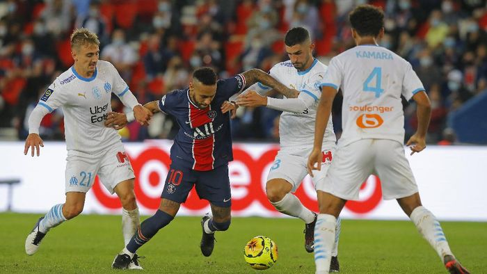 PSGs Neymar, center, takes on the Marseille defence during the French League One soccer match between Paris Saint-Germain and Marseille at the Parc des Princes in Paris, France, Sunday, Sept.13, 2020. (AP Photo/Michel Euler)