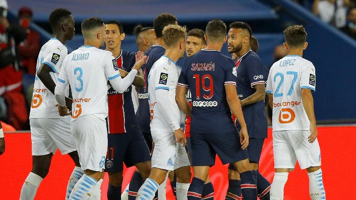 PSGs Neymar, second right, after a clash during the French League One soccer match between Paris Saint-Germain and Marseille at the Parc des Princes in Paris, France, Sunday, Sept.13, 2020. (AP Photo/Michel Euler)