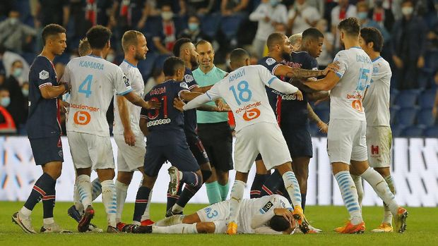 PSG and Marseille players clash near the end of the French League One soccer match between Paris Saint-Germain and Marseille at the Parc des Princes in Paris, France, Sunday, Sept.13, 2020. (AP Photo/Michel Euler)