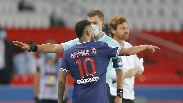 PSG's Neymar argues with the fourth official as he leaves the pitch after getting a red card during the French League One soccer match between Paris Saint-Germain and Marseille at the Parc des Princes in Paris, France, Sunday, Sept.13, 2020. (AP Photo/Michel Euler)