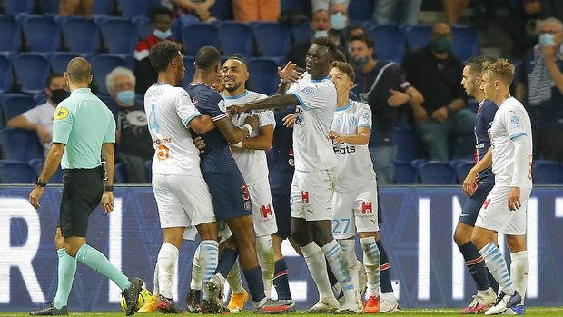 PSG and Marseille players clash during the French League One soccer match between Paris Saint-Germain and Marseille at the Parc des Princes in Paris, France, Sunday, Sept.13, 2020. (AP Photo/Michel Euler)