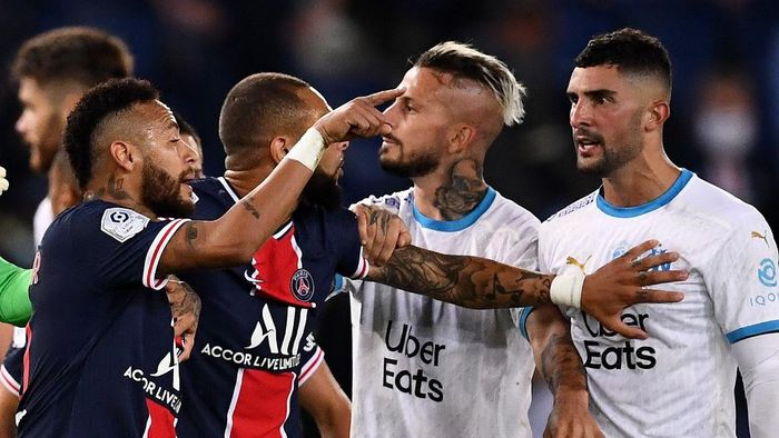 Paris Saint-Germains Brazilian forward Neymar gestures in front Marseilles Spanish defender Alvaro Gonzelez (R) during the French L1 football match between Paris Saint-Germain (PSG) and Marseille (OM) at the Parc de Princes stadium in Paris on September 13, 2020. (Photo by FRANCK FIFE / AFP)