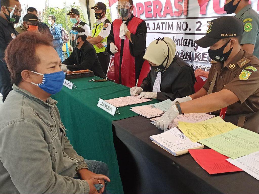 Razia Masker, Belasan Warga Trenggalek Jalani Sidang di Tempat