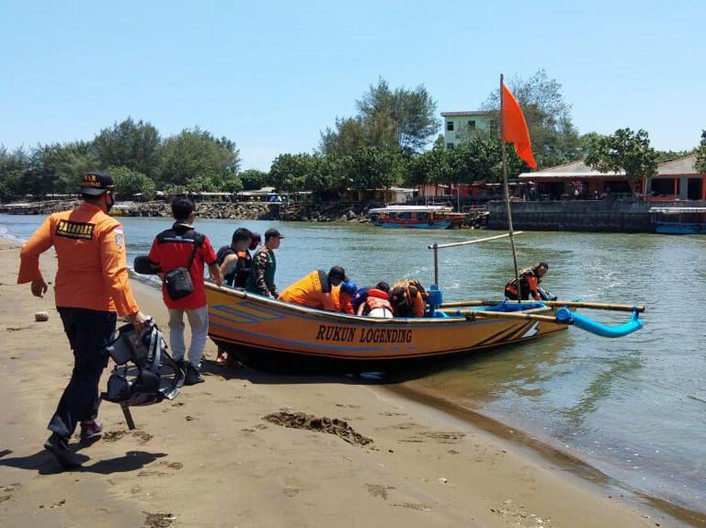 Perahu Terbalik Dihantam Ombak di Pantai Kebumen, 1 Nelayan Hilang
