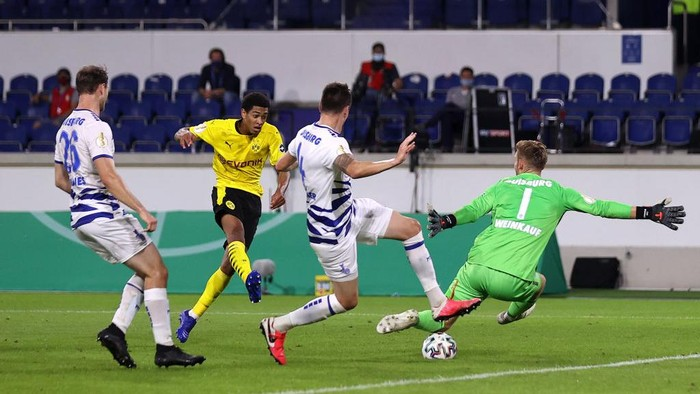 DUISBURG, GERMANY - SEPTEMBER 14: Jude Bellingham of Borussia Dortmund scores his sides second goal during the DFB Cup first round match between MSV Duisburg and Borussia Dortmund at Schauinsland-Reisen-Arena on September 14, 2020 in Duisburg, Germany. (Photo by Lars Baron/Getty Images)