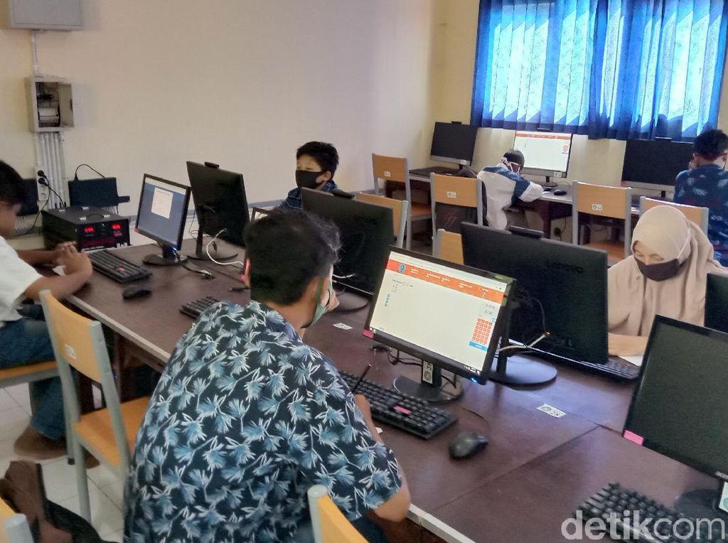 Tak Punya HP-Susah Sinyal, Belasan Siswa SMP Kudus Ujian Online di Sekolah