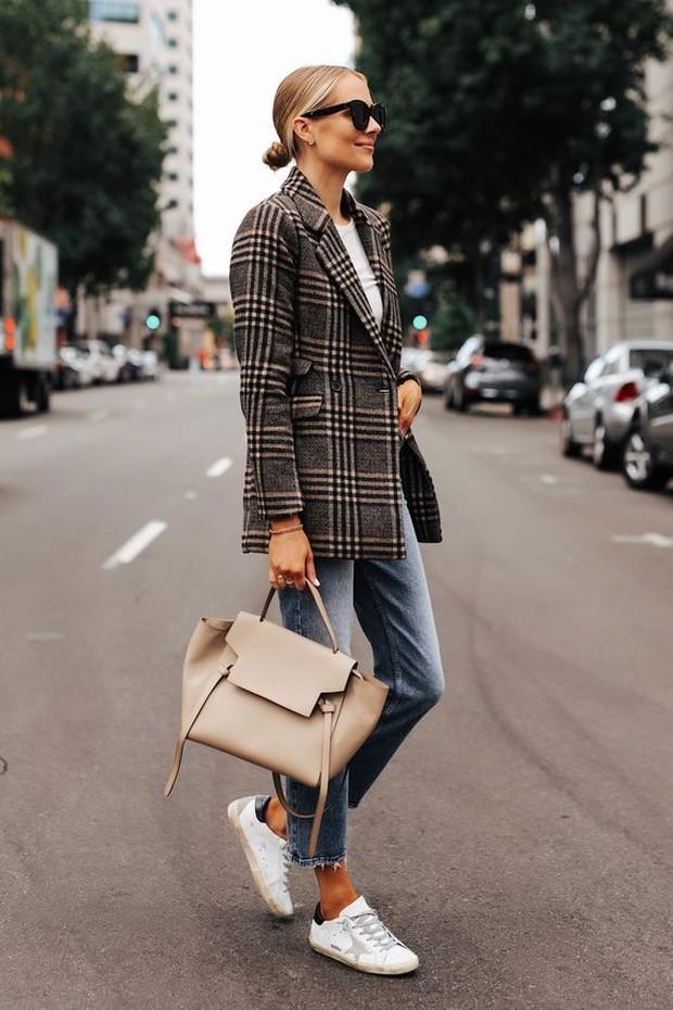 Outfit serbaguna ini bisa dipadupadankan dengan sneaker agar tampilan lebih modis.