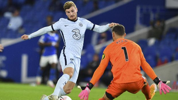 Chelsea's Timo Werner, left, is challenged by Brighton's goalkeeper Mathew Ryan during the English Premier League soccer match between Brighton and Chelsea at Falmer Stadium in Brighton, England, Monday, Sept. 14, 2020. (Glynn Kirk/Pool via AP)