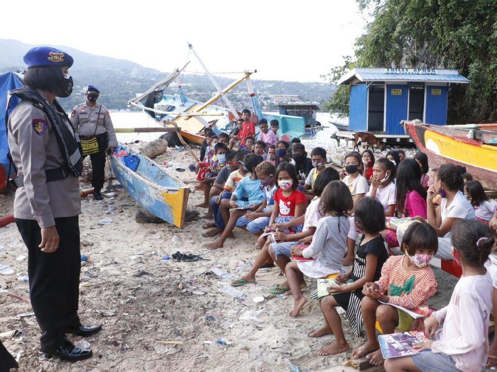 Polda Papua Datangi Pulau Kosong, Ajar Siswa karena Tak Bisa Belajar Daring