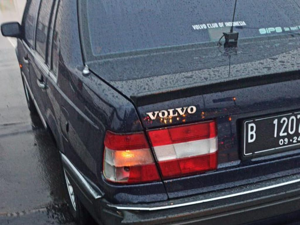 Kekuatan Motuba, Fortuner Remuk Tabrak Volvo Tua saat Hujan Deras