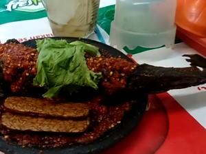 Wow! Warung Ini Tawarkan Ikan Lele Goreng Jumbo Seberat 5 Kg