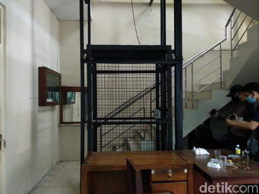 Insiden Jatuhnya Ketua DPRD DIY Jatuh Bersama Lift Pribadi