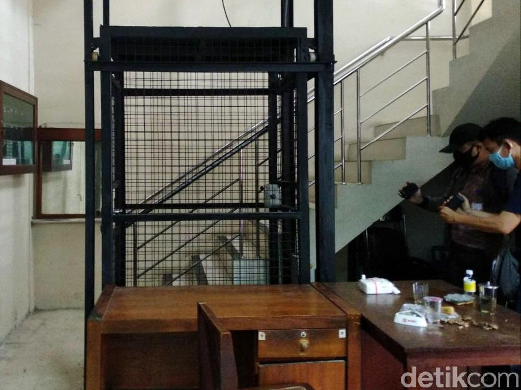 Petaka Ketua DPRD DIY Jatuh Bersama Lift Bikinan Sendiri