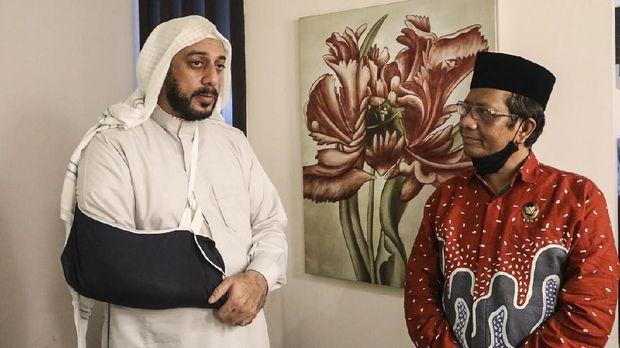 Menko Polhukam Mahfud MD bertemu dengan Syekh Ali Jaber setelah inisden penusukan. Dalam pertemun itu, Ali meminta Mahfud menyampaikan kondisinya kepada Presiden Joko Widodo secara langsung, Selasa (15/9)