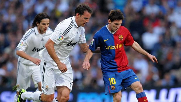 MADRID, SPAIN - MAY 02:  Lionel Messi (R) of Barcelona duels for the ball with Christoph Metzelder of Real Madrid during the La Liga match between Real Madrid and Barcelona at the Santiago Bernabeu Stadium on May 2, 2009 in Madrid, Spain.  (Photo by Jasper Juinen/Getty Images)