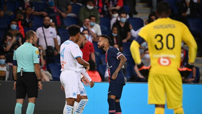 Paris Saint-Germains Brazilian forward Neymar (R) argues with Marseilles French midfielder Dimitri Payet (C)  during the French L1 football match between Paris Saint-Germain (PSG) and Marseille (OM) at the Parc de Princes stadium in Paris on September 13, 2020. (Photo by FRANCK FIFE / AFP)