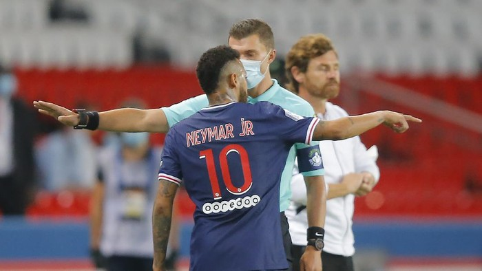 PSGs Neymar argues with the fourth official as he leaves the pitch after getting a red card during the French League One soccer match between Paris Saint-Germain and Marseille at the Parc des Princes in Paris, France, Sunday, Sept.13, 2020. (AP Photo/Michel Euler)