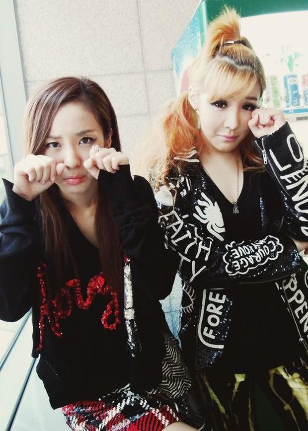 Park Bom dan Sandara ex 2NE1debut pada usia 25 tahun.