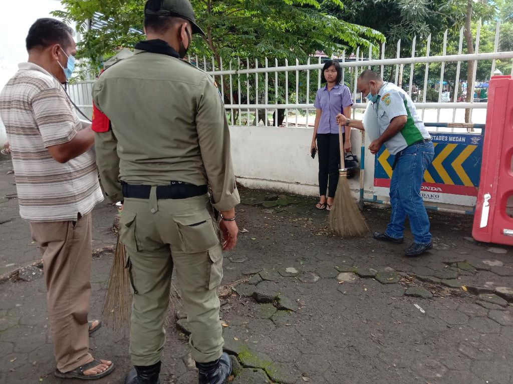 Terjaring Razia Masker, Warga Dihukum Bersih-bersih Lapangan Merdeka Medan