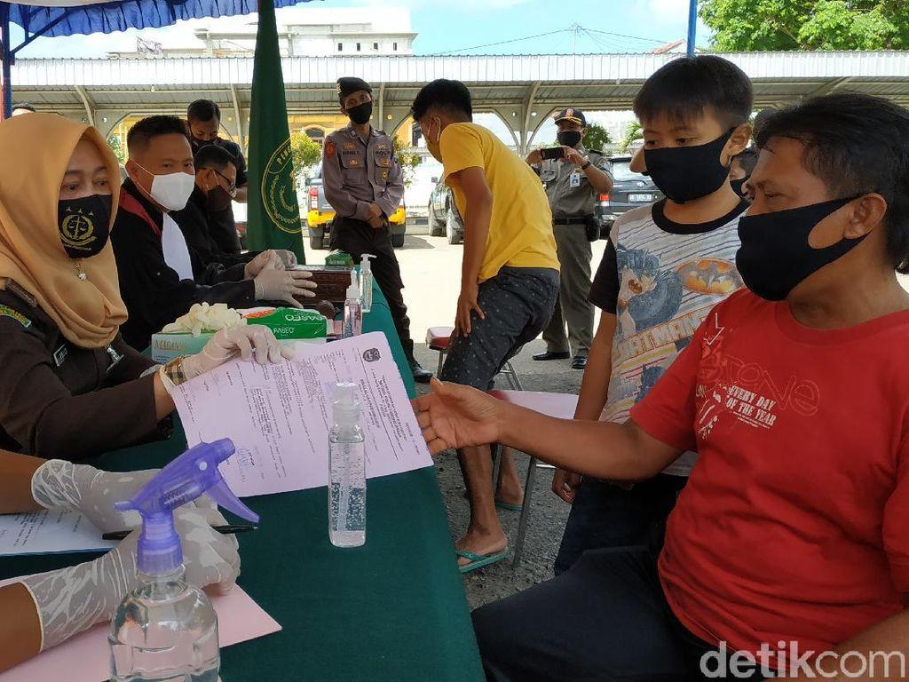 Warga Pacitan Tak Pakai Masker Dihukum Nyanyi Plus Denda Rp 20 Ribu