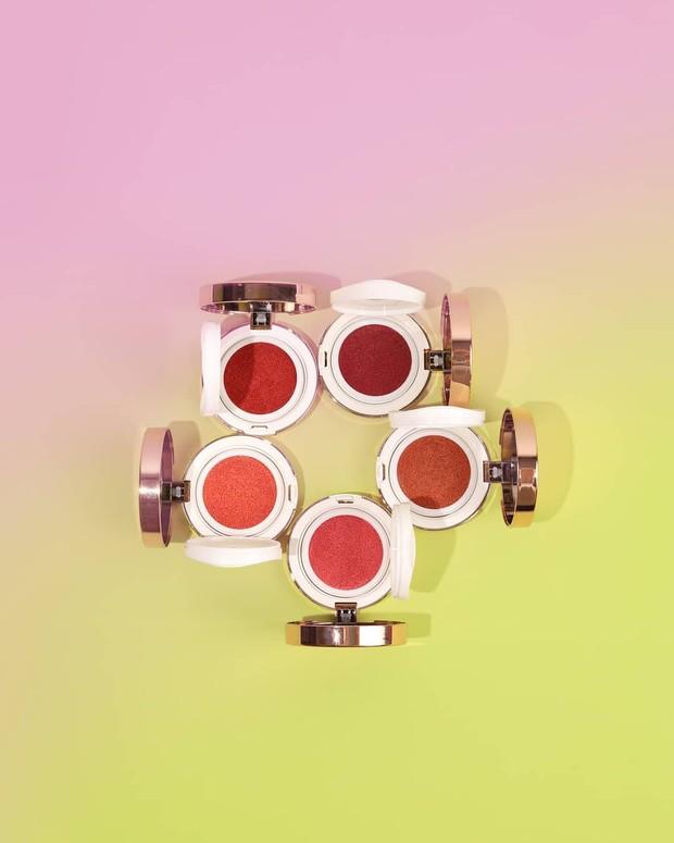 Blush on lokal dari Esqa Cosmetics yang hadir dalam bentuk cushion dengan pilihan warna shade yang cantik.