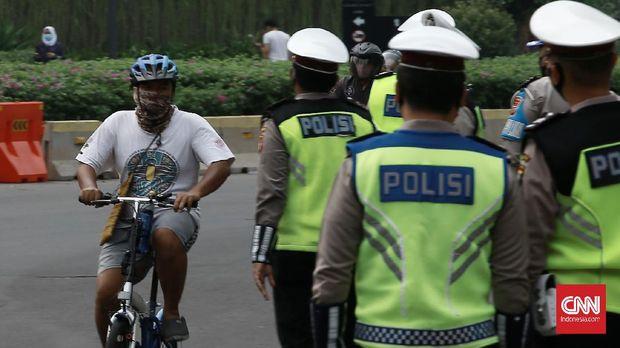Puluhan pengendara kendaraan terjaring razia masker gabungan di kawasan jalan M.H Thamrin. Jakarta Pusat. Selasa (15/9/2020). Razia masker tersebut merupakan bagian dari pelaksanaan Psbb ketat di DKI Jakarta, yang dilakukan oleh personil gabungan TNI,  Polri,  Satpol PP dan Dishub. CNN Indonesia/Andry Novelino